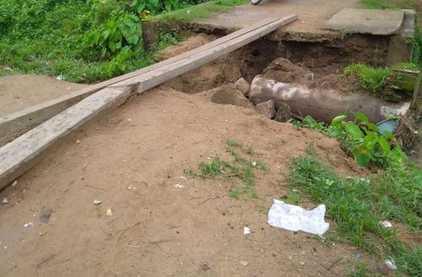 सुसवा गांव का टूटा पुलिया, जोखिम उठा आवागमन कर ग्रामीण