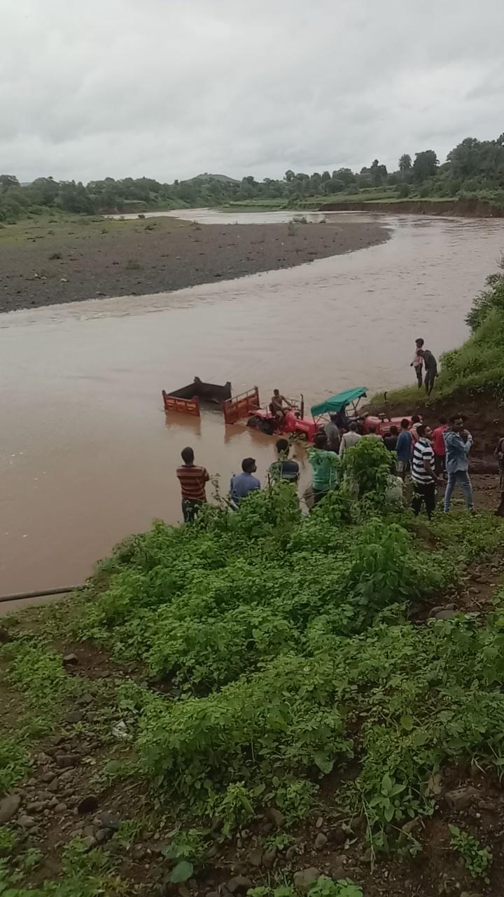 नदी के बीच फंसी ट्रैक्टर-टॉली, बाल-बाल बचे मजदूर