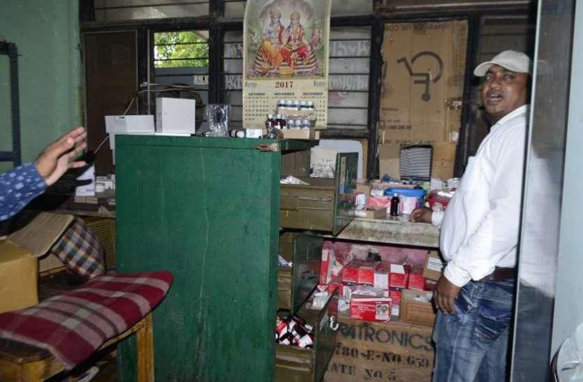 संजय गांधी अस्पताल में आकस्मिक चिकित्सा केन्द्र की टपक रही छत, भींगी दवाएं, देखें तस्वीरों में