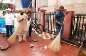 VIDEO : सफाईकर्मी गए छुट्टी पर तो झाड़ू लेकर अफसर उतर गए सडक़ पर, साफ कर दिया शहर