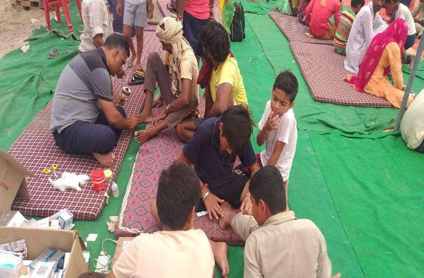 रामदेवरा यात्रियों की सेवा में जुटे इलाके के लोग