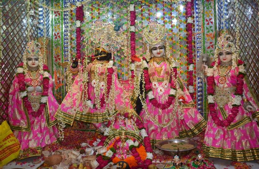 कृष्ण जन्म पर गाए बधाई गीत, मंदिरों में सजी आकर्षक झांकियां,देखे तस्वीरें