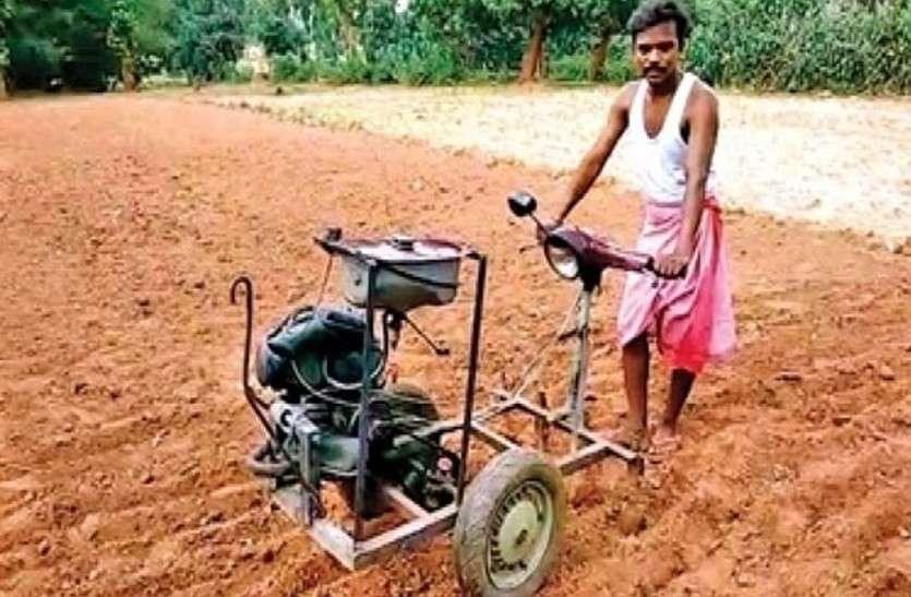 खेत में 'जुगाड़' से जुताई...स्कूटर स्क्रैप से किसान ने बनाई मशीन
