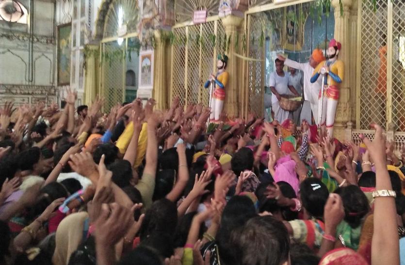 राजस्थान के इस मंदिर में उल्लास के बीच लूट की मचती है होड़