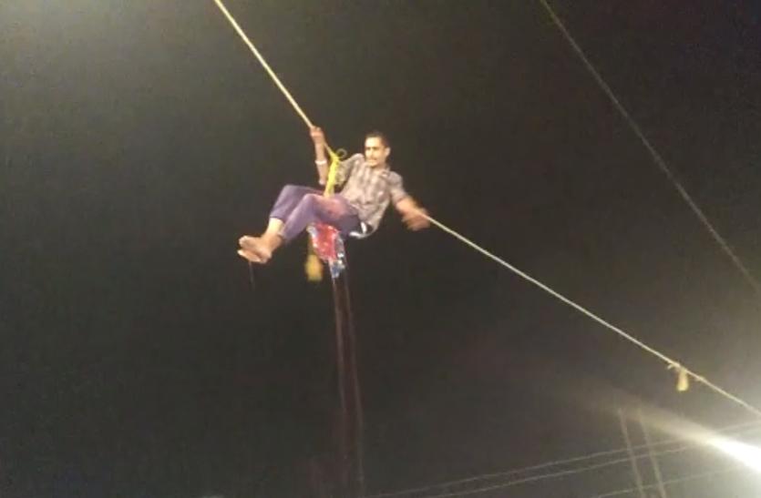 मटकी फोडऩे गया गोविंदा 25 फीट ऊपर हवा में लटका, यूं बची जान