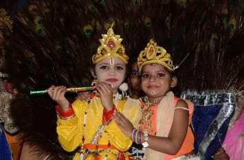 photos : श्रीकृष्ण जन्माष्टमी पर मन्दिरों में भगवान की मनमोहक झांकिया सजाई ....देखें तस्वीरें