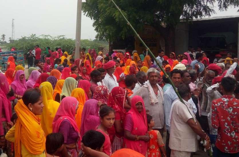 ध्वज पताका के साथ रवाना हुई पदयात्रा ,जगह-जगह ग्रामीणों ने यात्रियों को करायाअल्पहार