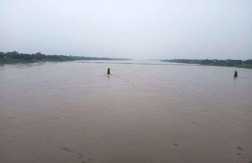 VIDEO : बरस गया ये तगड़ा सिस्टम तो प्रदेश में मचेगा हाहाकार, नर्मदा का पुल डूबा, मौसम विभाग ने कहा- सतर्क रहो