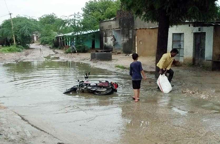 गहरे गड्ढे बने जलभराव की समस्या, बाइक सवार हो रहे गिरकर हो रहे चोटिल