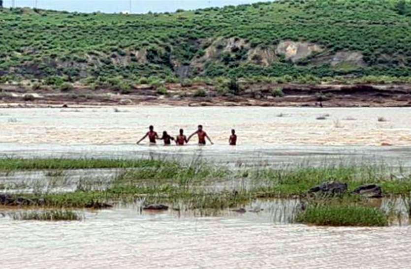 उफनाती सोन नदी मेें गश खाकर गिरी किशोरी, चार युवकों ने जान जोखिम में डालकर बचाया
