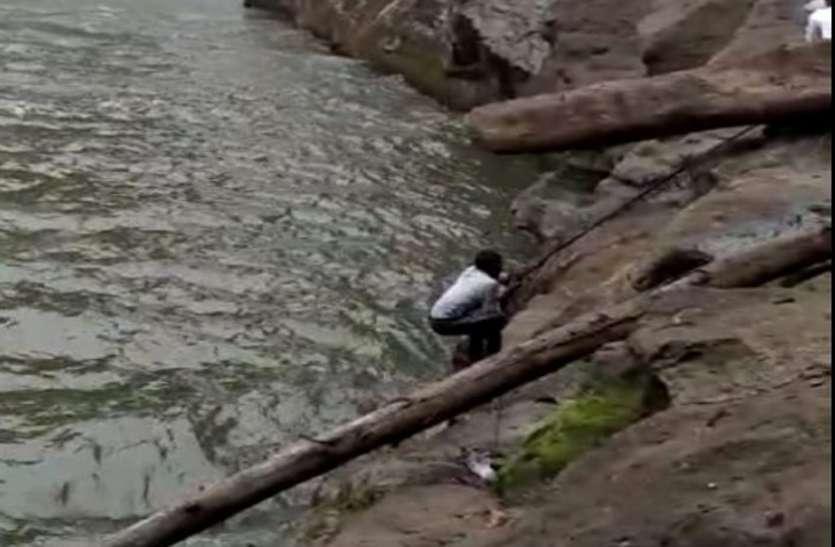 जानलेवा सेल्फी... उफनते झरने में जा गिरा युवक, दहल उठे लोग