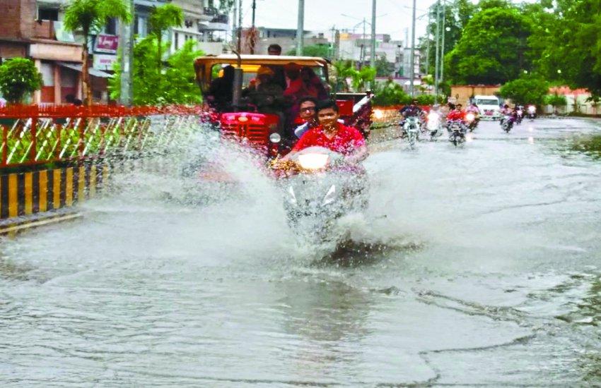 शहर के कई क्षेत्रों में भरा पानी, लबालब हुई सड़कें