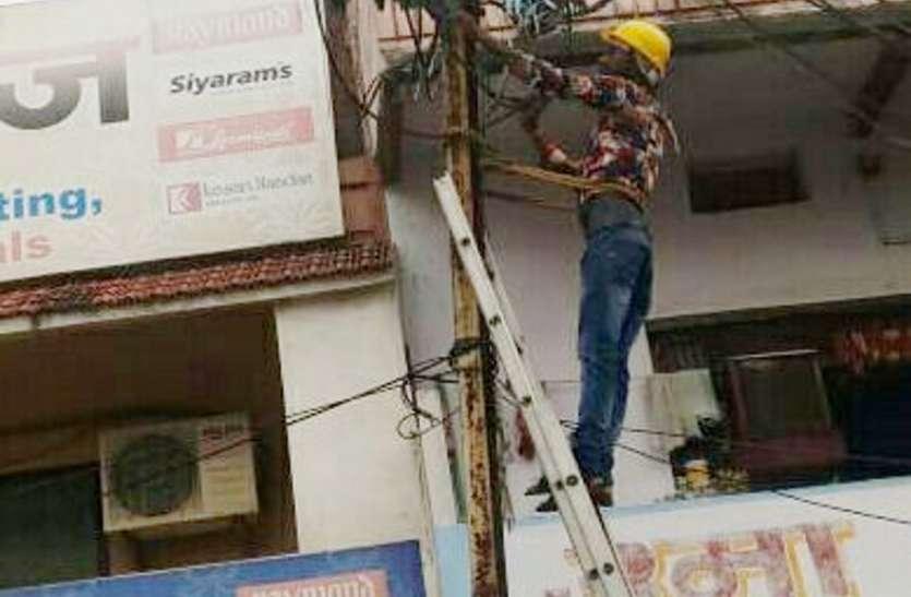 दुकान व घर की बत्ती गुल, कनेक्शन काटने निकला बिजली अमला