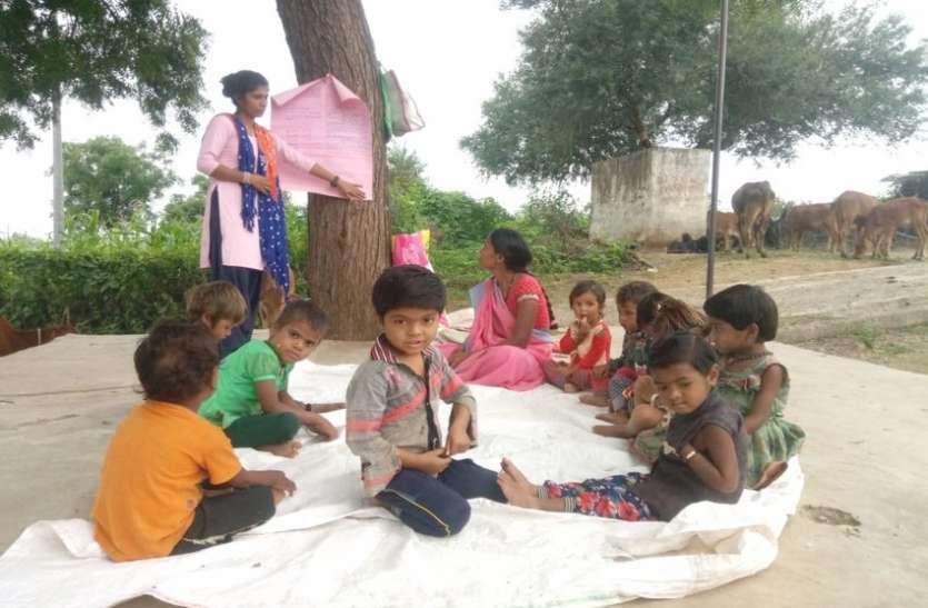 अनूठी पाठशाला- पेड़ के नीचे लगती है बच्चोंं की क्लास