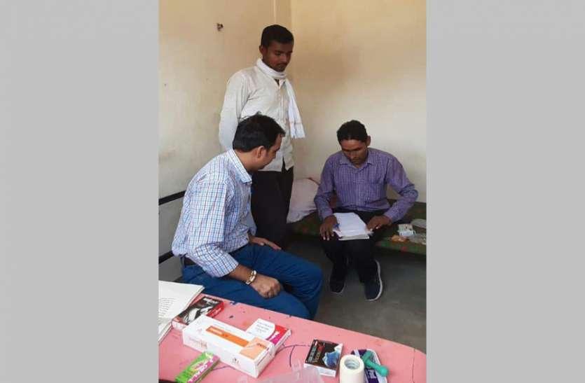 बीए पास डॉक्टर बन कर रहा था ग्रामीणों के स्वास्थ्य की जांच, स्वास्थ्य विभाग ने पकड़ पुलिस को सौंपा
