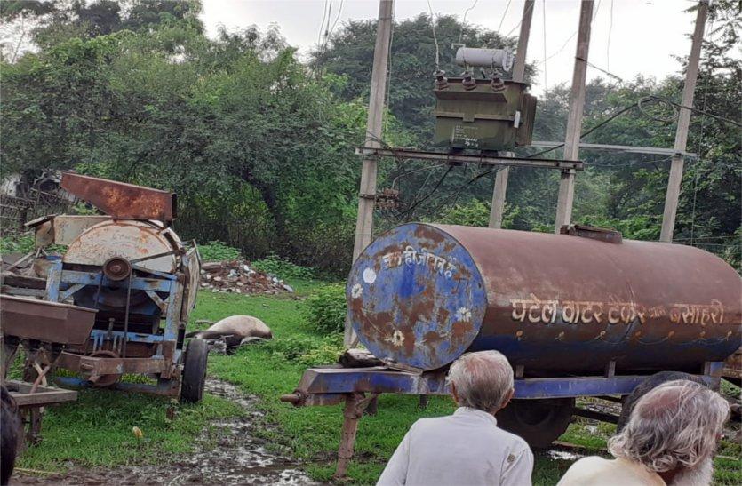 ट्रांसफॉर्मर के आसपास बारिश में फैल जाता है करंट, मवेशियों की हो चुकी है मौत, नहीं हो रहा सुधार