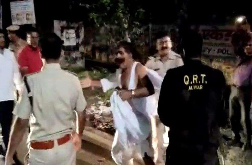 अलवर पुलिस ने पूर्व फौजी अमरचंद मीणा को बिना वजह बेरहमी से मारा, बुजुर्ग के कपड़े तक फाड़े, देखें वीडियो