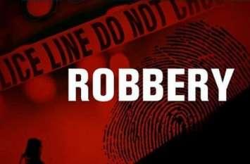 बैंक में चोरों का धावा, लेपटॉप और डीवीआर लेकर फरार हुए चोर, देखें वीडियो