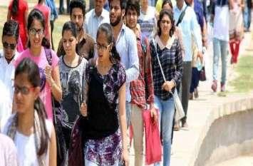 महाविद्यालय में हो रही सामूहिक नकल: परीक्षा कक्ष में छात्रों के हाथों में गाइड, नोट्स और मिला मोबाइल, केंद्राध्यक्ष नदारद