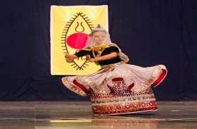 मणिपुरी नृत्य में दिखाई भगवान श्रीकृष्ण की अठखेलियां