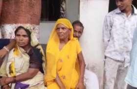 कोतवाली का निरीक्षण करने पहुंचे थे एसपी और डीएम, महिला ने पैर छुकर मांगा न्याय, देखें वीडियो