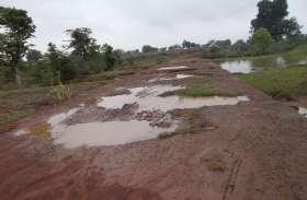 एक दर्जन गांव की सड़कों का नहीं हुआ निर्माण,आवागमन हो रहा मुश्किल