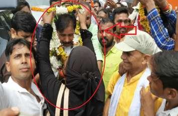 अचानक बुर्का पहने मुस्लिम महिला ने योगी के मंत्री के गले में पहना दी माला, जानिये कौन थी वो...