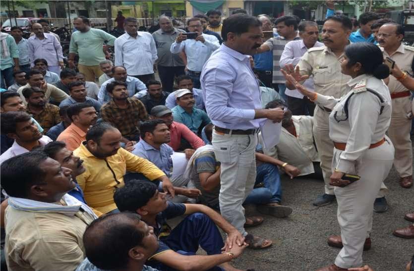 video: नपा कर्मचारियों ने किया प्रदर्शन, पार्षद और पति पर हुआ मामला दर्ज, अब पार्षद ने दी अनिश्चिकालीन धरना की चेतावनी