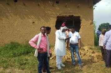 27 हाथियों का दल पहुंचा गांव में तो मच गया हड़कंप, 2 घर तोड़े और खा गए सारा अनाज, दहशत में उड़ी लोगों की नींद