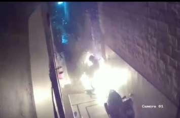 पेट्रोल उड़ेल गली में खड़ी मोपेड जलाई