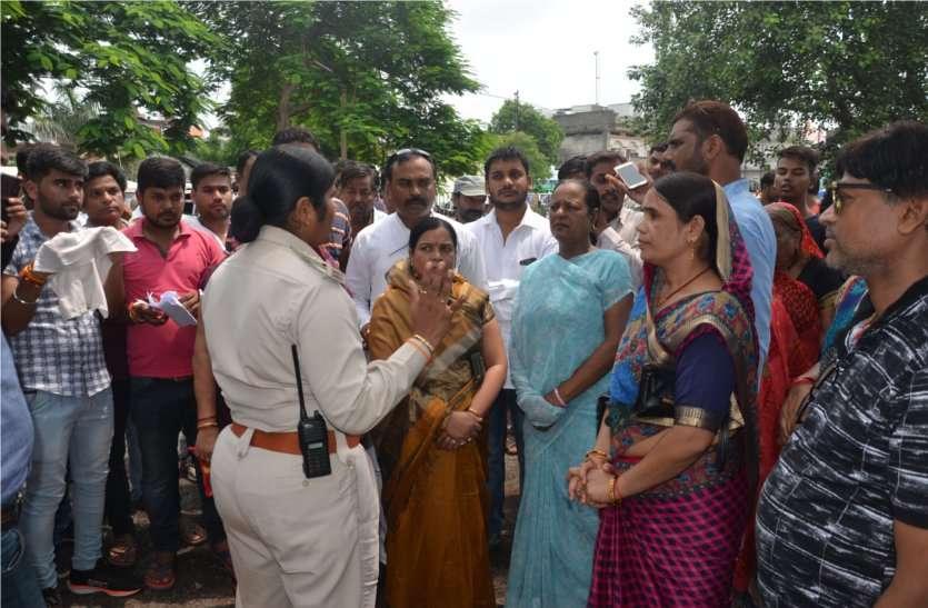 video: पार्षद ने समर्थकों के साथ किया थाने में प्रदर्शन, उपयंत्री के खिलाफ कराया मामला दर्ज
