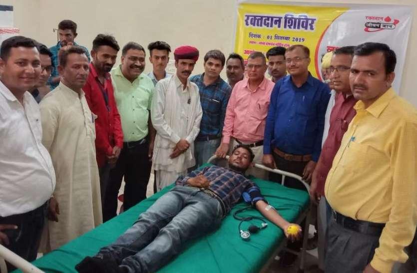 लोक गायकों ने लोगों की जान बचाने के लिए किया रक्तदान