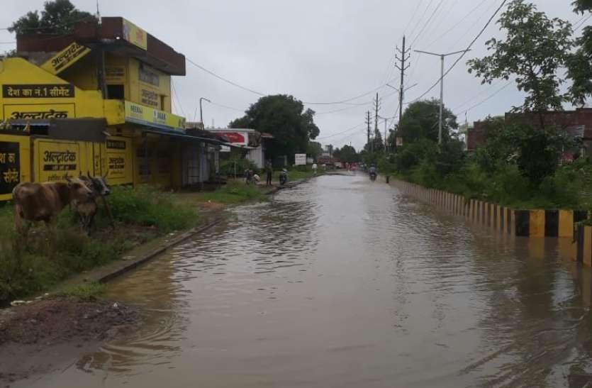पानी निकासी शहर में नहीं ड्रेनेज सुविधा, मुख्य सडक़ें बन गई तालाब