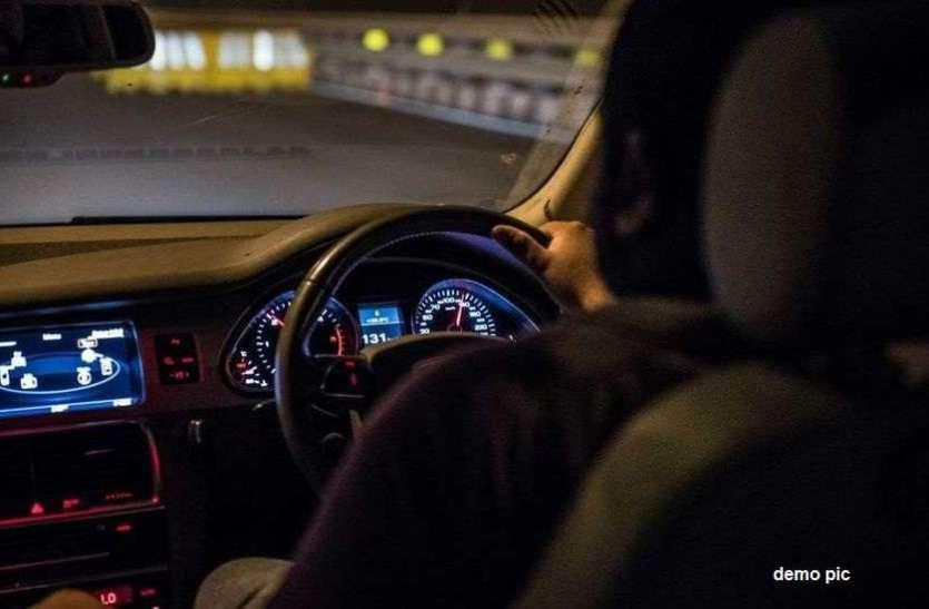 रात को बीच रास्ते में वर्दी देख बढ़ने लगी कार की रफ़्तार, जब पुलिस ने पीछा कर रोका गाड़ी तो...