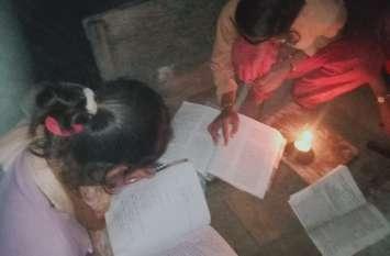 चिमनी की लौ में पढकर 80 फीसदी अंक ला रही बेटियां