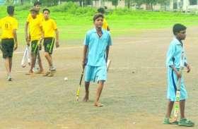 संसाधनों के अभाव में 'खेलो इंडिया', ऊबड़-खाबड़ मैदान पर नंगे पैर और चप्पल पहन कर खेल रहे भविष्य के 'ध्यानचंद'