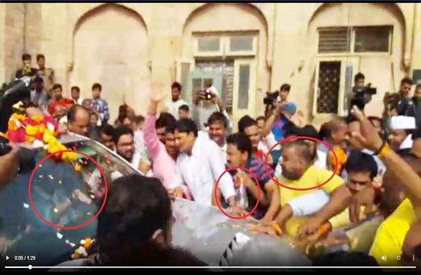 VIDEO: सिंधिया समर्थक ने की खुद को आग लगाने की कोशिश, सिंधिया कार में बैठे उसे रोकते रहे