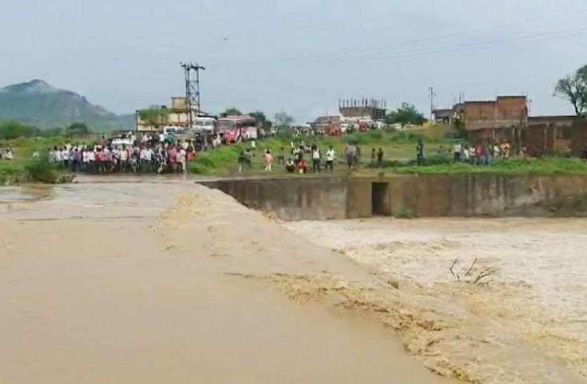 मूसलाधार बारिश में उफान पर नदी-नाले, शहर व गांव के कई इलाकों के घरों में घुसा पानी