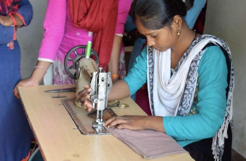 चंदापुर की किशोरियां ने सीखा 'अपना पैड' बनाना