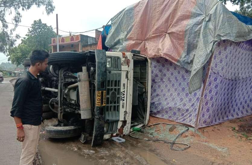 पूजा पंडाल पर गिरा ओवरलोड कोयला से लदा ट्रक, बाल बाल बचे लोग