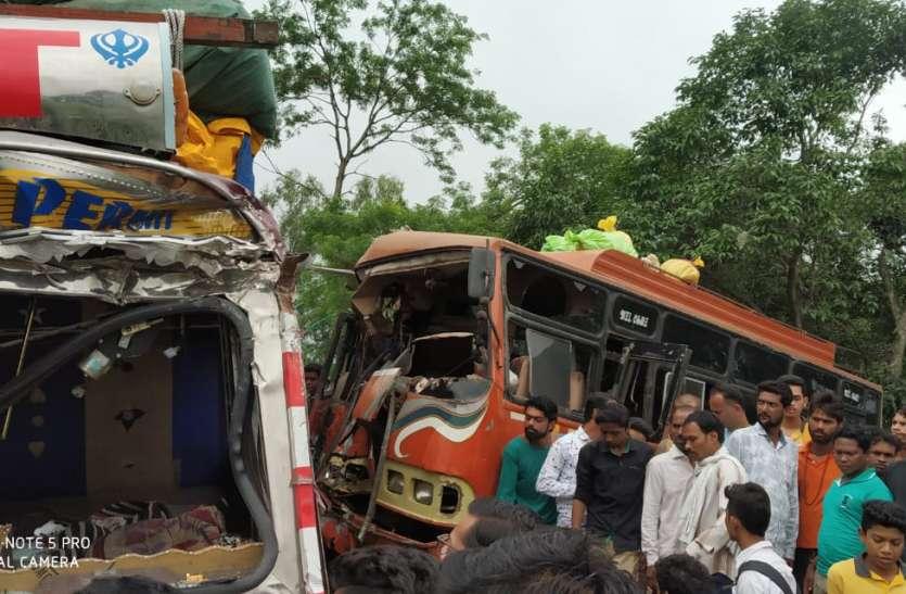 बस और ट्रक की भिड़ंत में एक की मौत, ३४ यात्री घायल