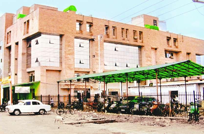 बिलासपुर के सिम्स अस्पताल में मरीजों की जान को खतरा, इलाज करवाने गए तो ऊपर से गिरती है मौत