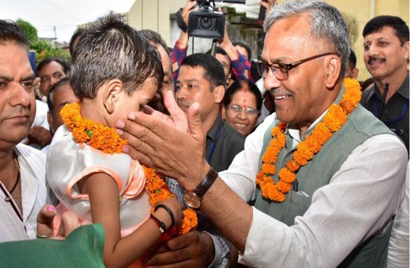 CM ने बच्ची को गोद लेकर किया 'कुपोषण मुक्त उत्तराखंड' अभियान का आगाज