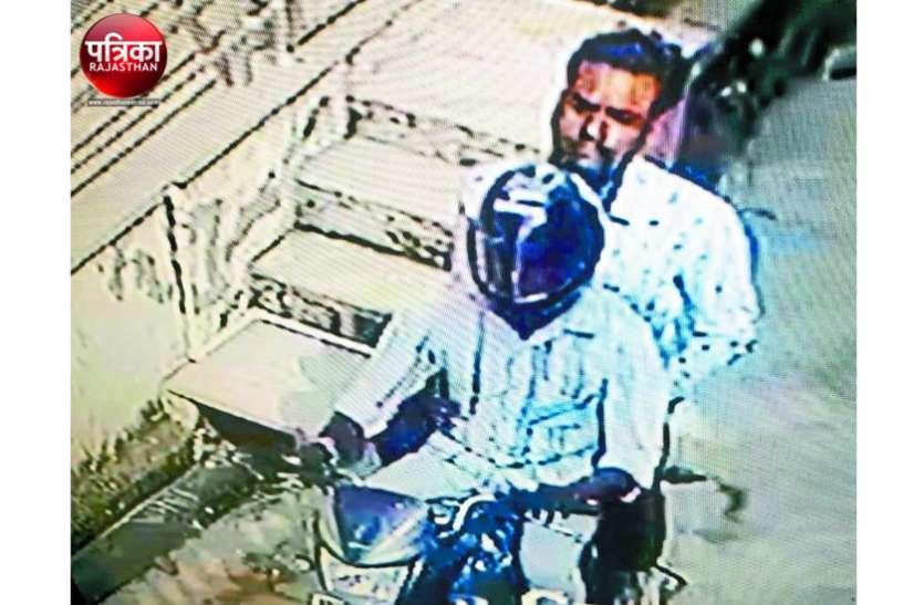 मंदिर से घर लौटती महिला के गले से दिनदहाड़े चेन लूटकर फरार हो गए बाइक सवार, सीसीटीवी में कैद हुई वारदात