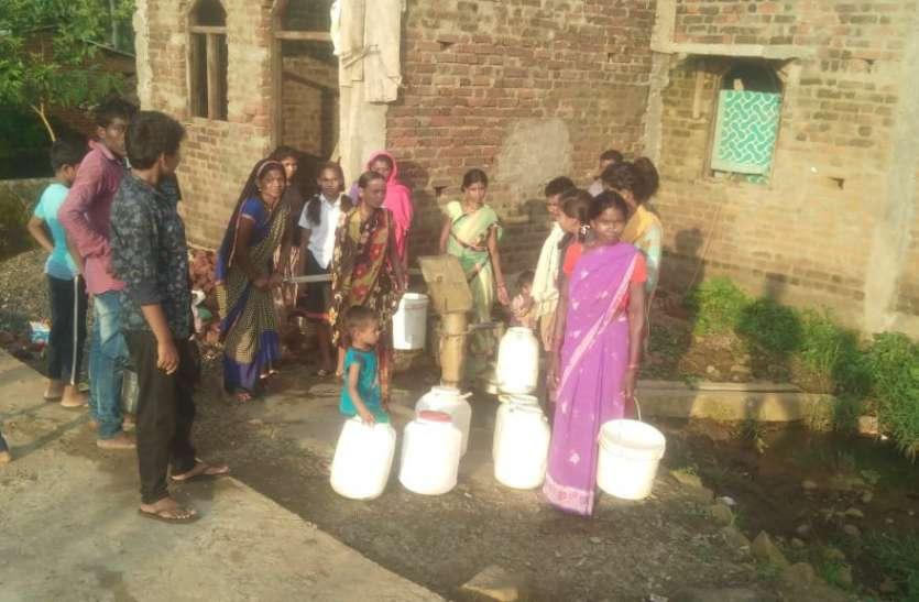 भरी बरसात में पानी के लिए तरह से रहवासी, 1 हैंडपंप 40 परिवार