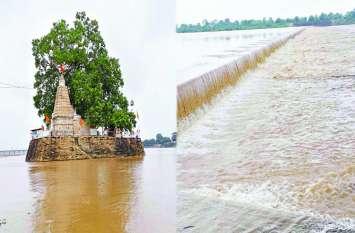 भगवान कुलेश्वर महादेव मंदिर का चबूतरा पानी घिरा, एनिकट हुआ लबालब