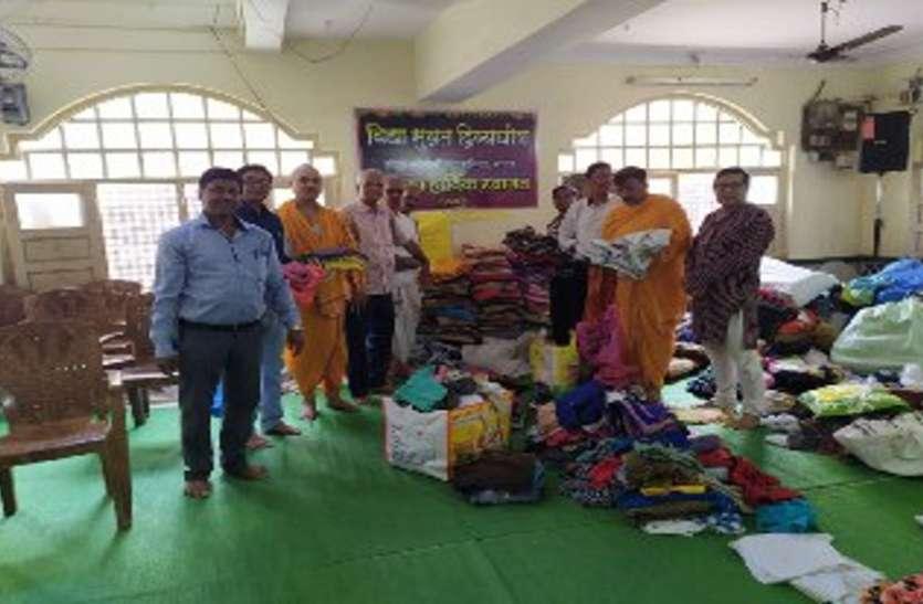 बाढ़ पीडि़त बच्चों के लिए दीपक ने भेजे 10 हजार नए कपड़े