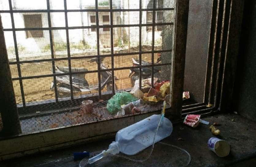 अस्पताल के सभी सफाई कर्मचारी अनिश्चितकालीन हड़ताल पर, सभी वार्डों में  बिखरा पड़ा कचरा