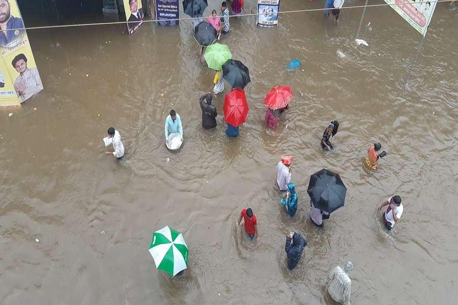 बारिश के आगे बेबस: सड़कों पर लंबा ट्रैफिक जाम, बदला गया बेस्ट बसों का रूट, डायवर्ट की गईं विमान सेवाएं