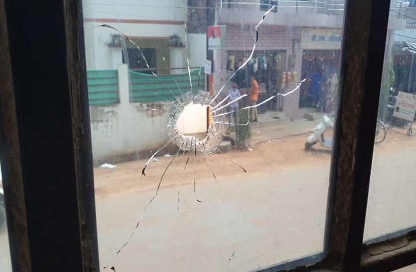 दहशतगर्दों ने रोड पर फायरिंग, मची भगदड़